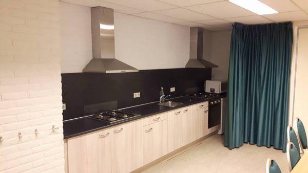 Bovenzaal met keuken - Dorpshuis 't Onderschoer Barchem